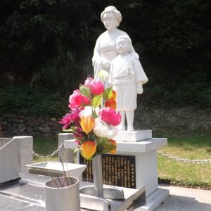 【鄭成功居宅跡】 鄭成功の母マツと福松(鄭成功の幼名)の母子像