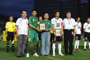 台中市足球委員会の廖松柏会長(左1)、台中市の蔡炳坤副市長(中央)