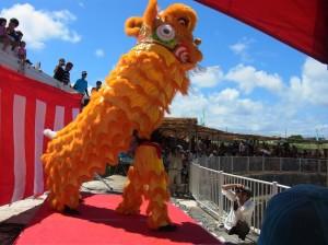 琉球華僑總會龍獅團表演舞獅