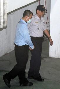 手錠をかけられ台北拘置所に移送される林氏(写真提供:中央社)