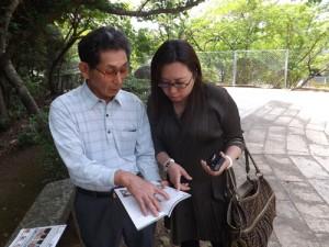 鄭成功について語る鄭成功廟馬場祭主(左)と台湾新聞社の錢社主(右)