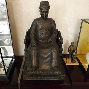 鄭成功坐像と小さな母子像(平戸市長応接室)