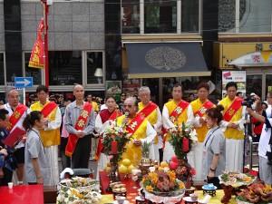 橫濱關帝廟理事長林兼正(前排中央)與橫濱辦事處處長李明宗(左3)參與關帝誕祭典活動。