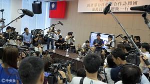 記者会見が急きょ中止となり、説明を求める報道陣に囲まれる鴻海の戴正呉副会長