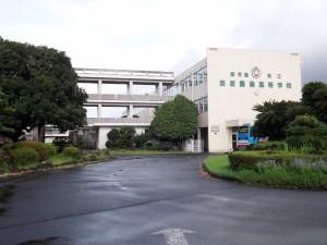 鹿児島県立鹿屋農業高等学校 左に友愛の碑がある