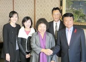 高雄からの訪問団と小川洋福岡県知事