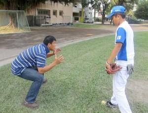 「基本動作が大事」だと台湾人学生に指導