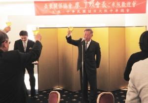 乾杯の音頭をとる神戸華僑総会の陸超会長