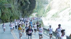 太魯閣渓谷を走るランナー