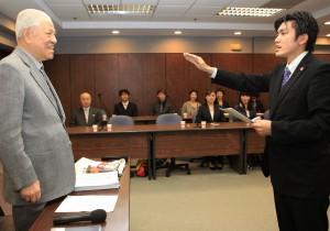 11月3日、李登輝元総統に宣誓する安西代表