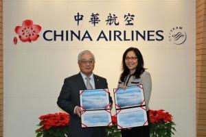 ャイナエアライン・余劍博副總經理(左)、リース会社の奇異航機租賃公司中華地区責任者・劉莉氏 リース契約調印式に