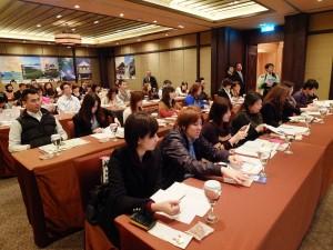 多くの旅行会社関係者が集まった会場。