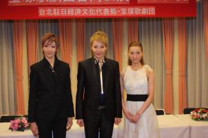 柚希禮音さん(中央)、夢咲寧寧さん(右)、紅ゆずるさん(左)