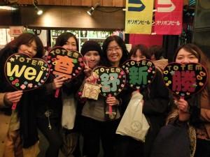 來自台灣的歌迷(右三)和幾位日本歌迷,因為在演唱會上認識成為朋友