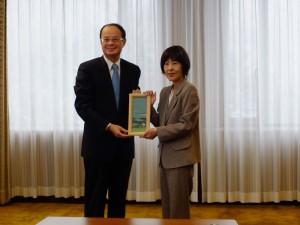 沈斯淳代表(左)拜會北海道知事高橋春美(右)