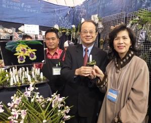 沈斯淳代表與夫人手拿著台灣原生種,獨一無二的「台灣香蘭」,圖左一為業者,同時是台灣蘭花產銷發展協會常務理事黃文榮