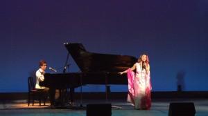 許景淳與鋼琴家王俊傑的唱彈搭配,和台下互動十足
