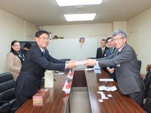 僑務副委員長任弘(圖左)與笛吹市市長倉嶋清次(圖右)互贈紀念品