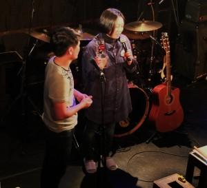 23日的公演上,青木由香(右)拿著剛獲得的「觀光貢獻獎」,和大家分享喜悅