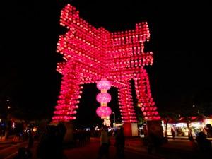 「春」の漢字をかたどった迎賓門
