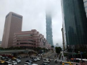 どんよりとした雲に覆われる台北101。