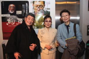 企画の加藤美智子さん(中)と知人の三遊亭若圓歌さん(左)