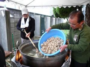 志工準備火鍋料