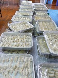 志工合力製作三千個純手工水餃