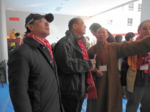 吳委員長巡視會場問後僑胞
