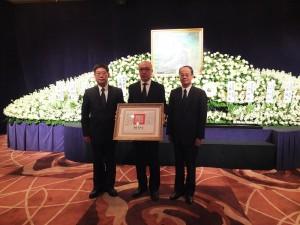 由僑務副委員任弘(左)代總統頒贈褒揚令,家屬李宏道(中)代領,與沈斯淳代表(右)合影