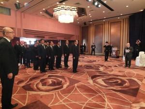 駐日代表沈斯淳與副代表羅坤燦、陳調和,以及橫濱辦事處處長李明宗,偕同僑界領袖一同花致意
