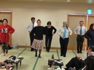 原住民陽光舞踊團在會場上跳舞助興