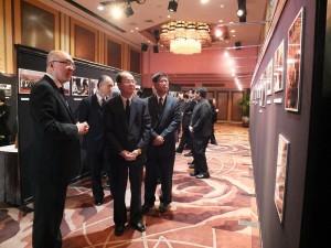 沈代表與任副委員長,在李海天先生的長子李宏道(左一)的陪伴下,一同在陳列展區中緬懷李海天先生