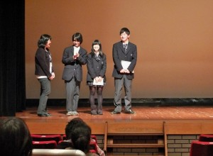 神奈川縣菅高等學校的學生代表,接受主辦單位的代表齊藤直美(左一)的訪問