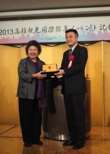 陳菊市長贈送高雄名產給橫濱市政策局局長小林一美(右)