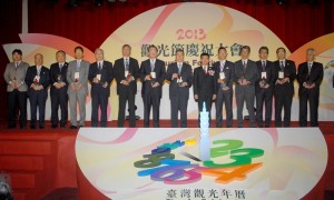行政院觀光發展推動委員會召集人楊秋興(右6)頒贈台灣觀光貢獻獎,給對促進台灣觀光有功的13個日本團體單位