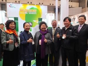 高雄市長陳菊(左3)與嘉義縣長張花冠(左2),一起為台灣農產品促銷
