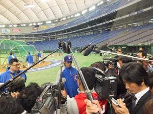目前效力於日本火腿隊的陽岱鋼,在場邊接受大批日本媒體採訪