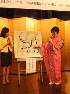 會上安排謝依旻講解自己與前任女流棋聖青木喜久代對戰的棋盤(圖左為司儀)