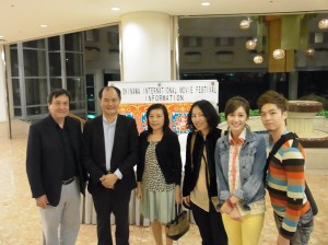 粘處長夫婦與《黛比的幸福生活》製作人李崗(左一)、導演傅天余(右三)、女主角周幼婷(右二)和造型師黃澤蔚等人合影