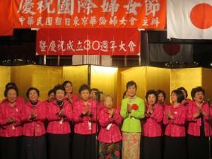 婦女會理監事成員們和代表夫人一同登台獻唱