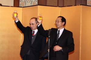 乾杯の音頭をとる駐日本代表処余吉政副代表(左)第一商業銀行東京支店洪秋林支店長(右)