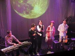 黃裕翔(左1)與Cousin(左2、右2)和土歧千尋(左3),與馬場克樹(右1)合唱台灣民謠《望春風》