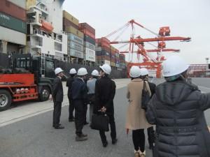 會員參觀大阪港貨櫃裝卸流程