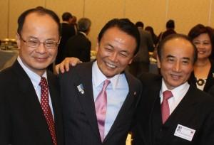 駐日代表沈斯淳(左)與副首相兼財務大臣麻生太郎(中),與立法院長王金平(右)在APPU年會歡迎會上合影