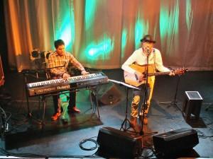 同屬「爸爸辦桌」樂團的黃裕翔和主唱馬場克樹,一同演奏電影《逆光飛翔》主題曲