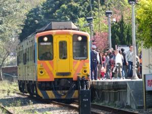 内湾駅に到着した列車