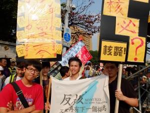 「ノーモア福島」の旗を掲げる政治大学の学生グループ