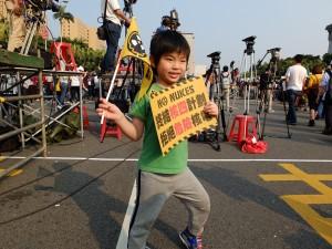 祖父母と一緒にデモに参加した男の子