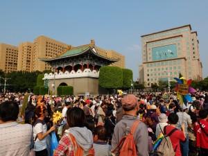 景福門を進むデモ隊